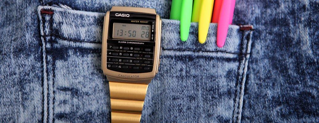 Złoty zegarek Casio z kalkulatorem.