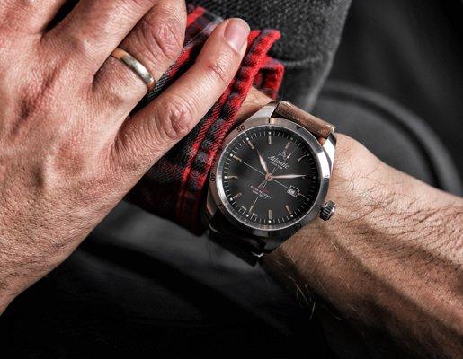Męski zegarek Atlantic na brązowym skórzanym pasku z srebrną, mieniąca się tarczą.