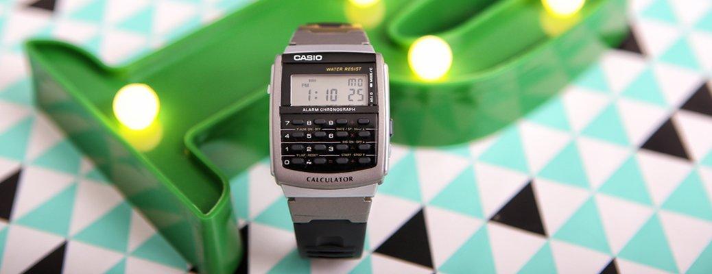 Zegarek Casio z kalkulatorem w srebrnym kolorze.