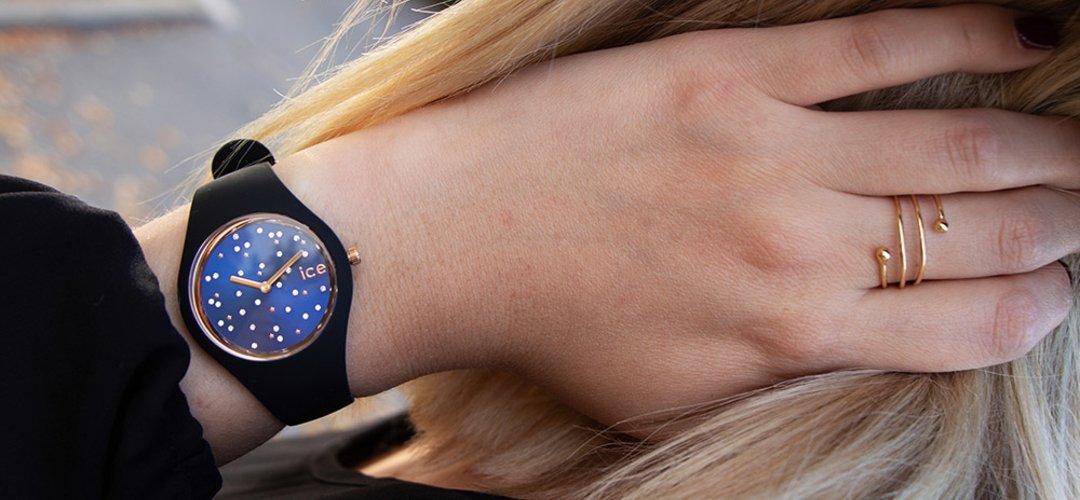 Modowy zegarek ICE Watch ICE.016298 Ice Cosmos z mechanizmem kwarcowym oraz z granatową, analogową tarczą przypominającą kosmos.