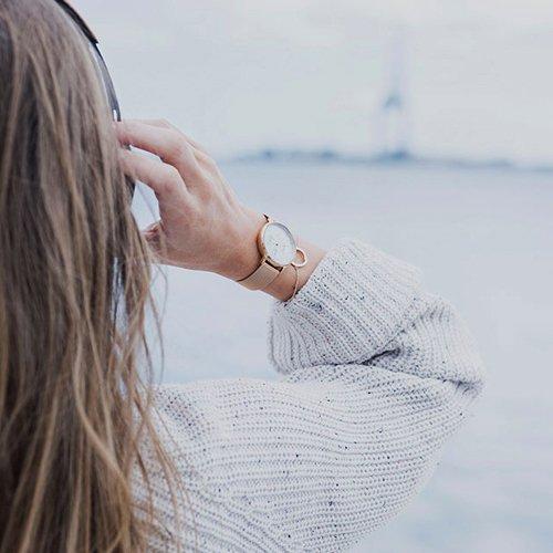 Delikatny i funkcjonalny zegarek Obaku Denmark na bransolecie w kolorze różowego złota z białą tarczą.
