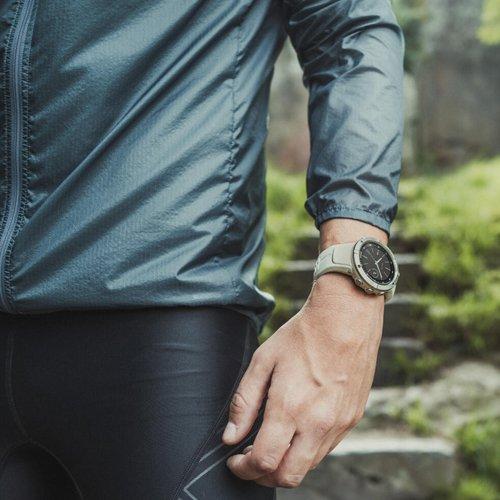 Atrakcyjny męski zegarek Suunto SS023409000 na jasnym zielonym pasku z pulsometrem na deklu.