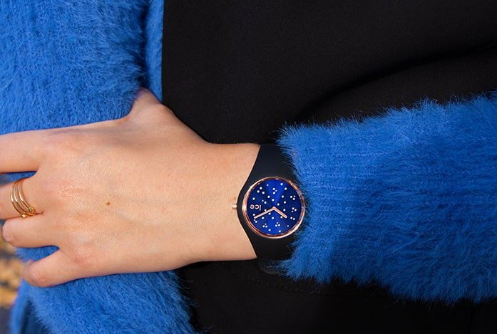 Niesamowity zegarek ICE Watch ICE.016298 ICE Cosmos z granatową tarczą na czarnym sylikonowym pasku, ozdobiony jest kryształkami Swarovskiego w różowym jak i srebrnym kolorze.