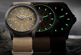 Interesujący, męski zegarek Traser na parcianym pasku w kolorze piaskowym oraz piaskową tarczą analogową z wyraźnymi indeksami.