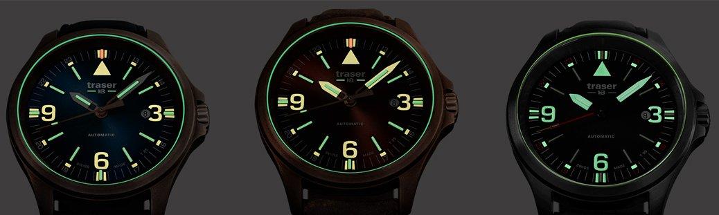 Wojskowy, męski zegarek Traser TS-108075 z stalową, okrągłą kopertą w czarnym kolorze, zegarek jest na skórzanym pasku w czarnym kolorze z zapięciem na sprzączkę.