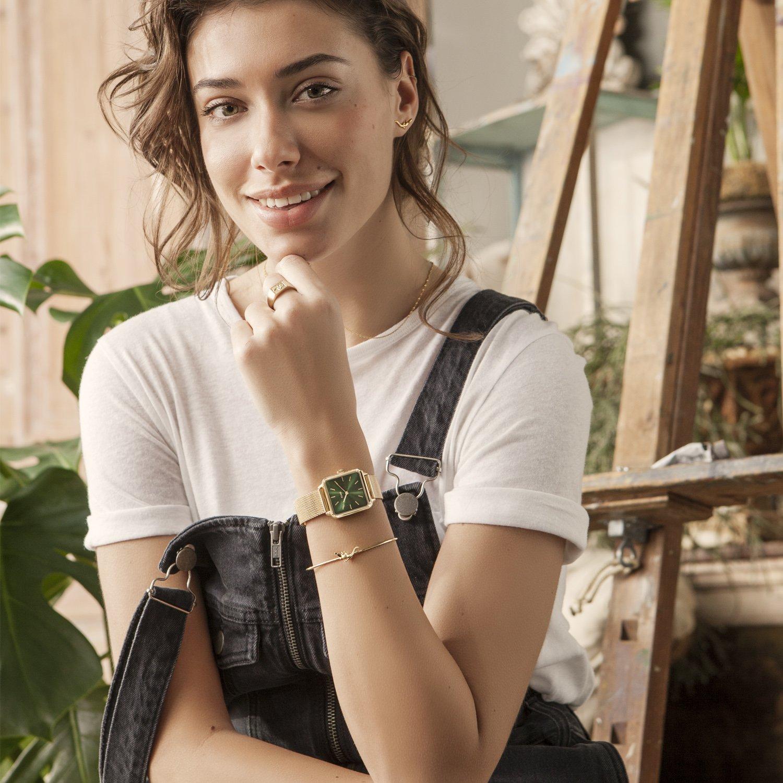 Młodzieżowy, damski zegarek Cluse CL60014 Gol/Forest Green na stalowej bransolecie mesh w złotym kolorze. Koperta zegarka Cluse jest w nietypowym kształcie, tarcza zegarka jest w intensywnym zielonym kolorze.