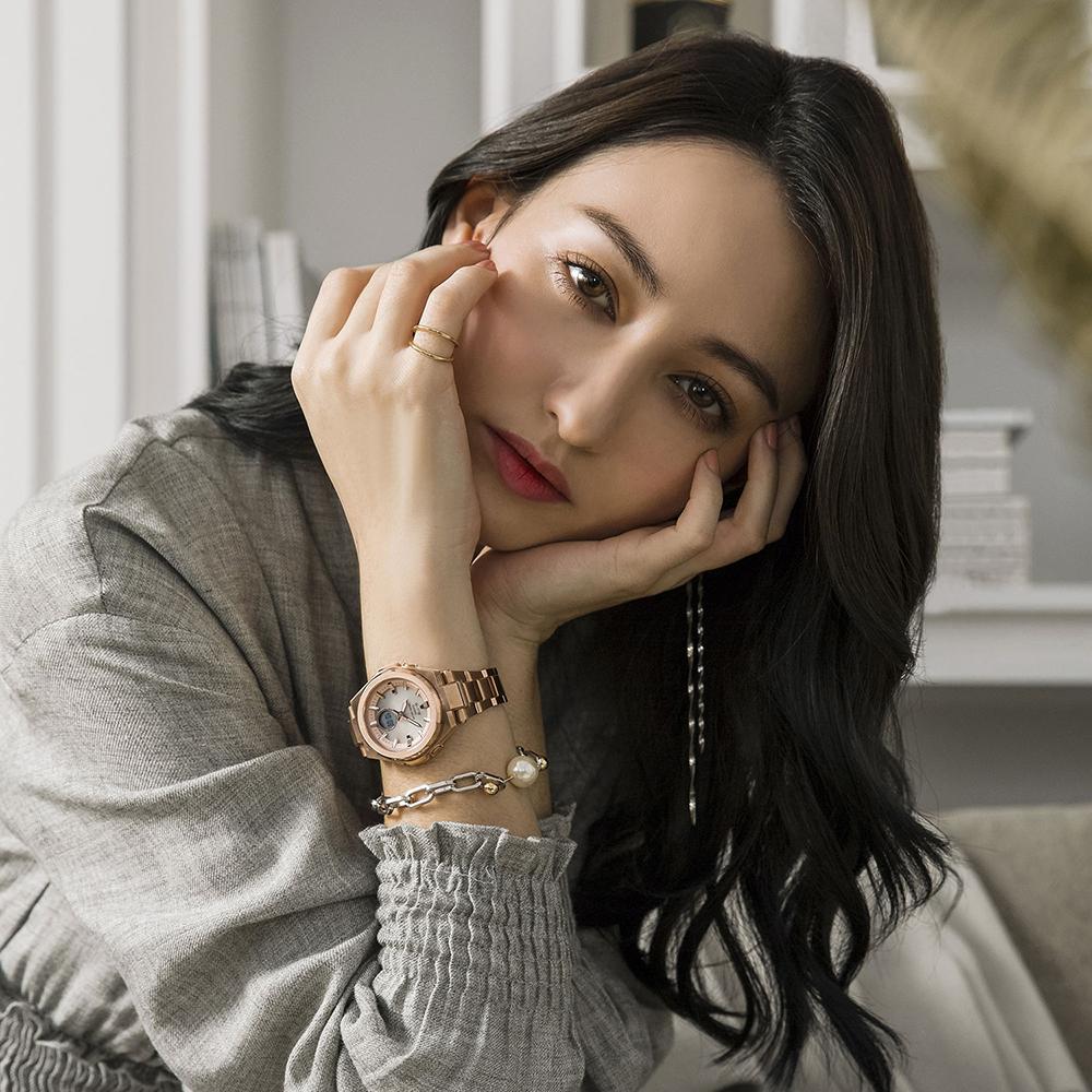 Damski zegarek Baby G G-MS z okrągłą stalową tarczą w kolorze różowego złota oraz klasyczną bransoletą.