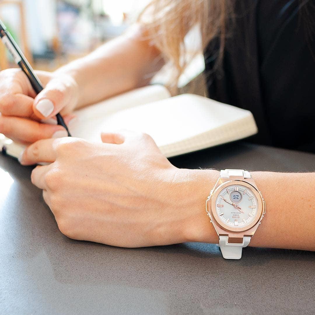 Wielofunkcyjny zegarek Baby-G w kolorze różowego złota oraz ponadczasowej bieli.