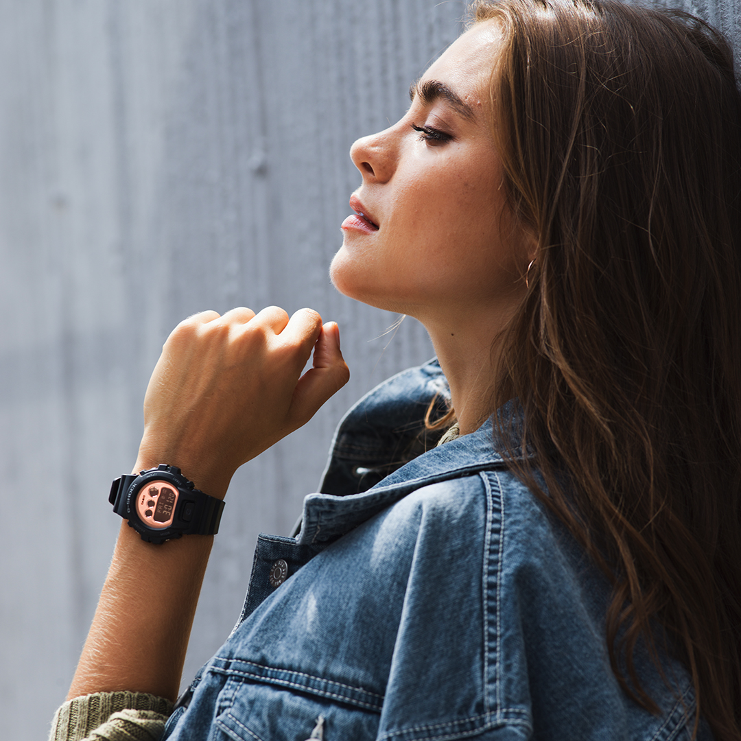 Modny zegarek G-Shock z uniwersalnym designem.