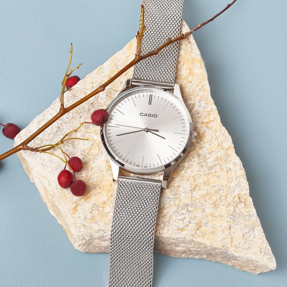 Srebrny zegarek Casio Retro LTP-E140D-7AEF na srebrnej bransolecie mesh w klasycznym stylu.
