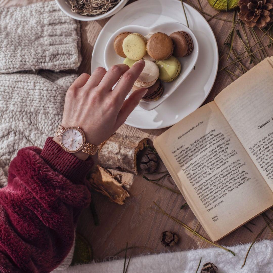 Atrakcyjny damski zegarek Casio Sheen na bransolecie w kolorze różowego złota z bezelem wysadzanym kryształkami Swarovskiego oraz tarczą mieniącą się różnymi kolorami zrobioną z masy perłowej.