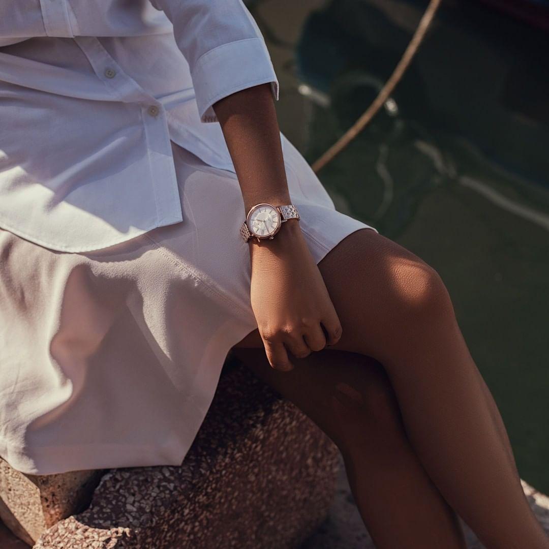 Zegarek Casio Sheen w delikatnym różowym odcieniu na bransolecie z tarczą zrobioną z masy perłowej. Całość dopełnia bezel z kryształkami Swarovskiego.