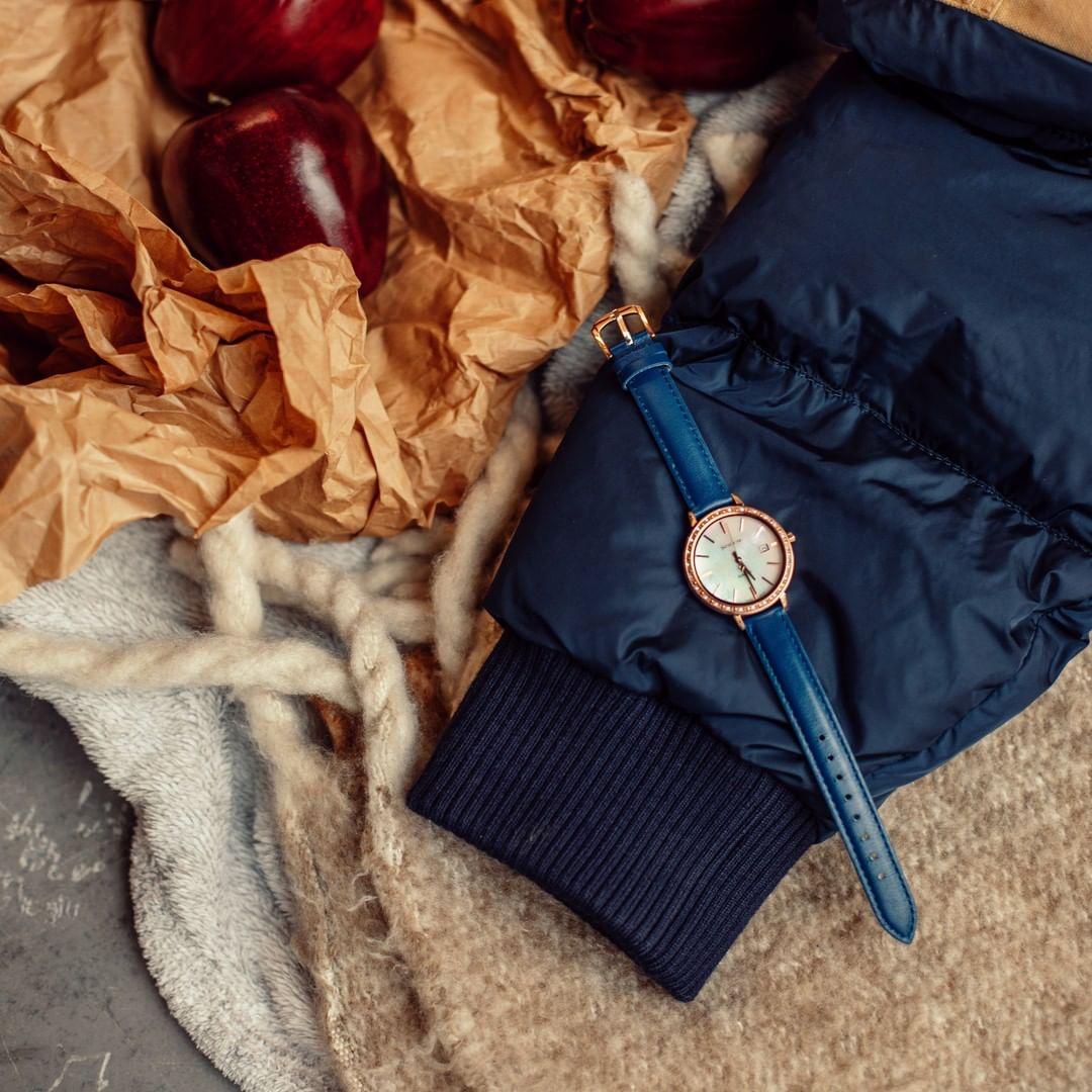 Zegarek Casio Sheen na ciemnym niebieskim skórzanym pasku, bezelem ozdobionym kryształkami Swarovskiego oraz tarczą z masy perłowej.