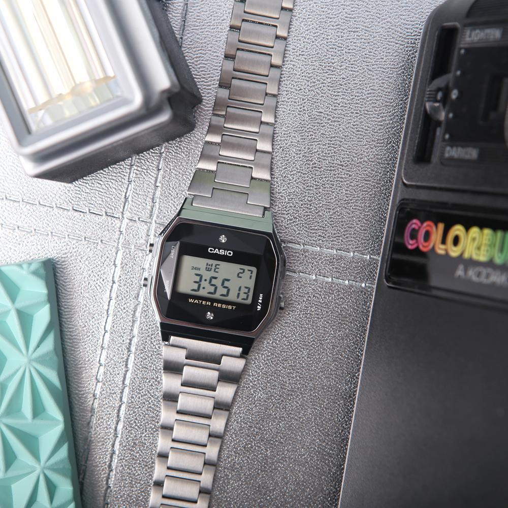Zegarek Casio Retro Diamond Limited A158WEAD-1EF z kopertą z tworzywa sztucznego oraz klasyczną bransoletą ze stali w srebrnym kolorze.
