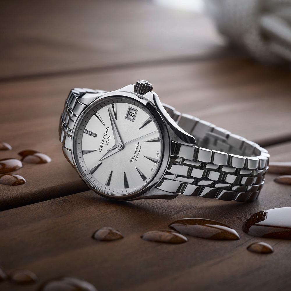 Elegancki, damski zegarek Certina C032.051.11.036.00 z białą tarczą i srebrną stalową kopertą oraz klasyczną bransoletą.