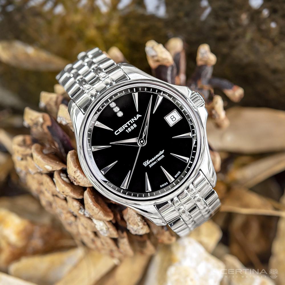 Kobiecy zegarek Certina C032.051.11.056.00 z czarną tarczą i srebrną stalową kopertą oraz klasyczną bransoletą.