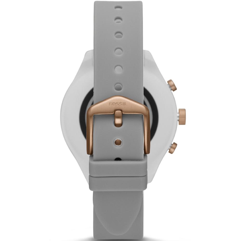 Fossil Q jako smartwatch na szarym pasku z tworzywa sztucznego oraz z kopertą w szarym kolorze z akcentami różowego złota..