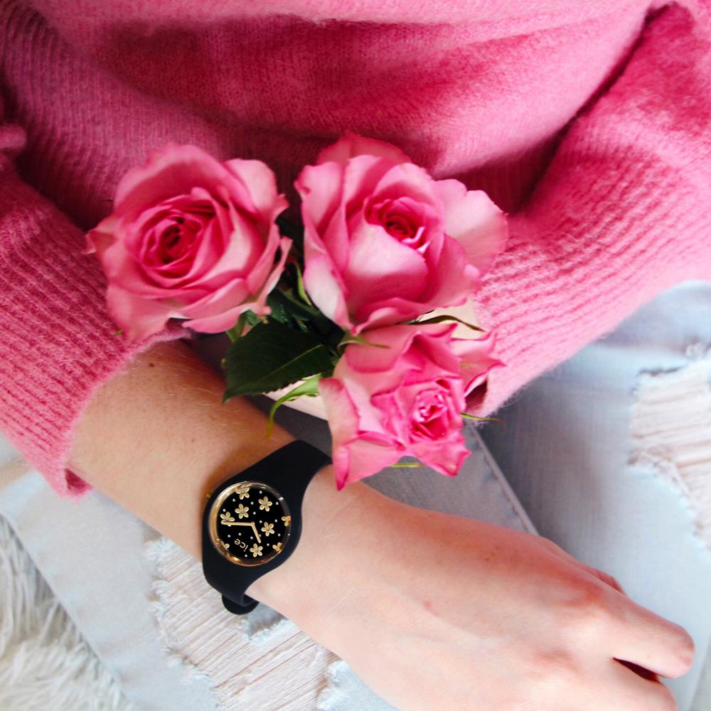 Uroczy, czarny zegarek Ice Watch ICE.016659 ze złotymi kwiatkami na tarczy ozdobionymi diamencikami Swarovskiego.