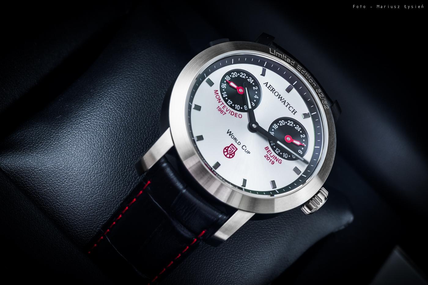 Limitowany zegarek Aerowatch na skórzanym czarnym pasku z czerwoną nitką.