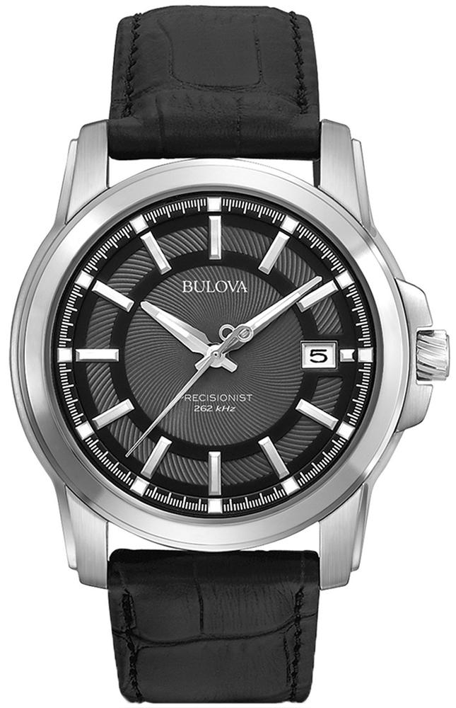 Klasyczny, męski zegarek Bulova 96B158 Precisionist na skórzanym, czarnym pasku z srebrną kopertą wykonaną ze stali. Giloszowana, analogowa tarcza zegarka jest w czarnym kolorze z datownikiem na godzinie trzeciej. Wszystkie wskazówki zegarka są w srebrnym kolorze.