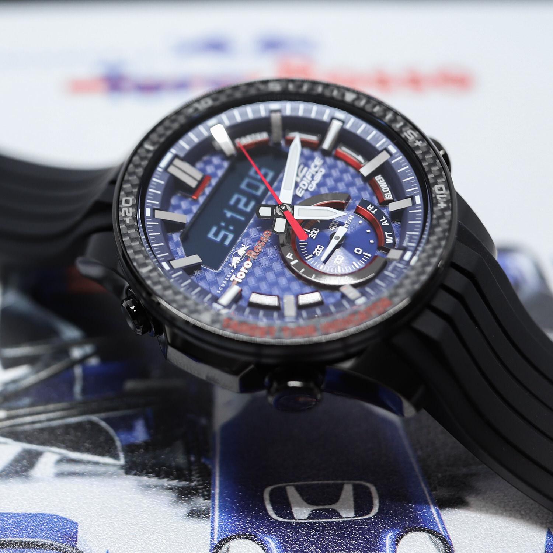 Wbudowany chronograf w zegarku Edifice zapewnia sprawne działanie manualnego stopera, pozwalając na dokonywanie precyzyjnych pomiarów czasu.