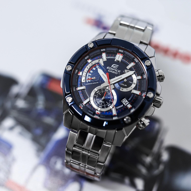 Wielofunkcyjny zegarek męski Edifice wykonany został w całości z odznaczającej się wysoką odpornością na zarysowania i uszkodzenia mechaniczne stali szlachetnej.