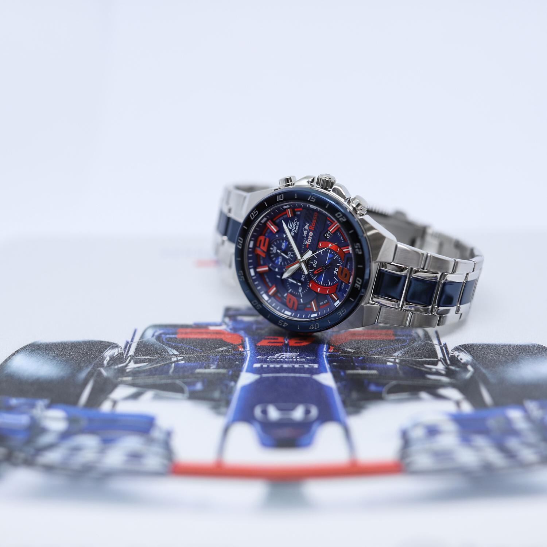 Wyjątkową częścią modelu jest jego tarcza, która swym designem i kolorami nawiązuje do stylistyki bolida Formuły 1.
