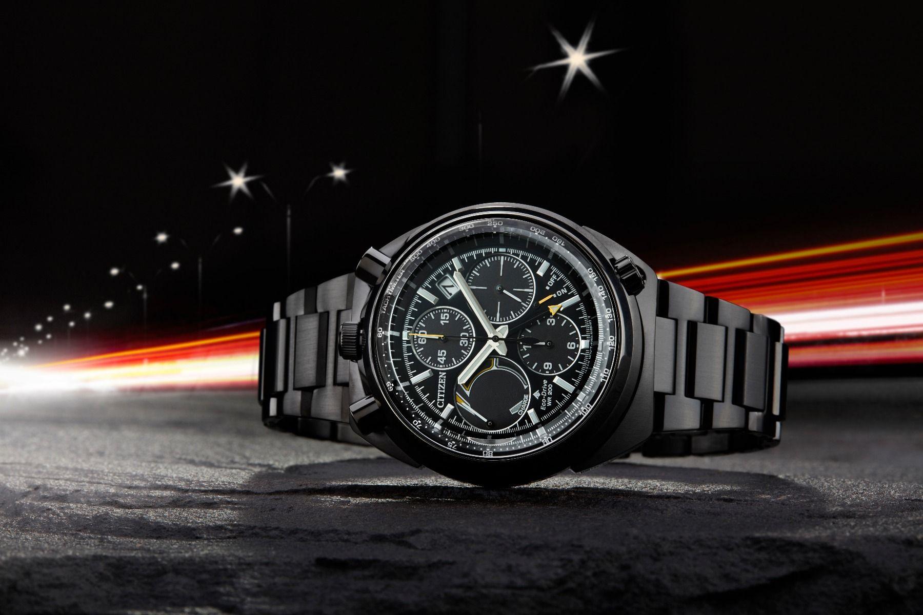 Limitowany, męski zegarek Citizen AV0075-70E Bullhead 100th Anniversary Limited Edition z tarczą w czarnym kolorze. Subtarcze na tarczy są również w czarnym kolorze ozdobione złotymi akcentami. Datownik jest w białym kolorze pomiędzy godziną drugą a trzecią.