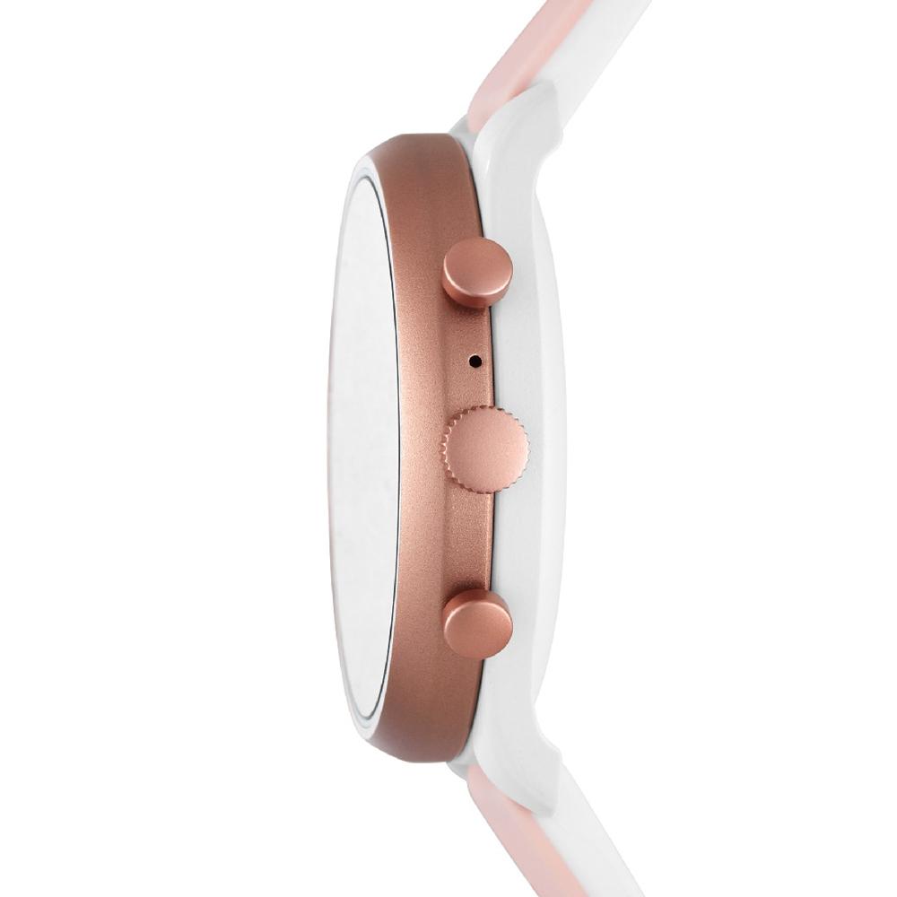 Fossil Q jako smartwatch na białym pasku z tworzywa sztucznego oraz z koperta w kolorze różowego złota.