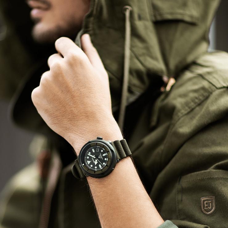 Zegarek Seiko SNE535P1 Prospex Steel Series w oliwkowym kolorze.