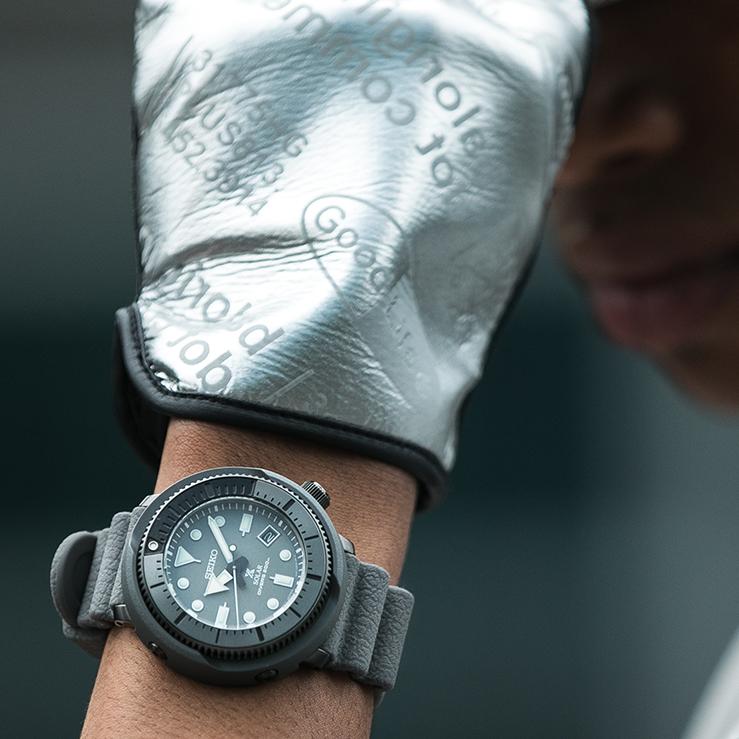 Zegarek Seiko SNE537P1 Prospex Steel Series w szarym kolorze.