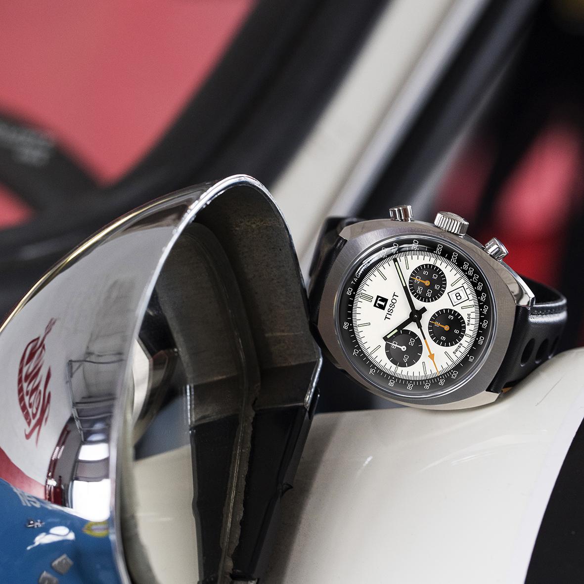 Męski zegarek Tissot Herritage w stylu wyścigowego zegarka retro na czarnym, skórzanym pasku.